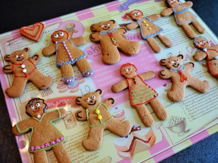 Gingerbread women and teddy bears decorated with icing