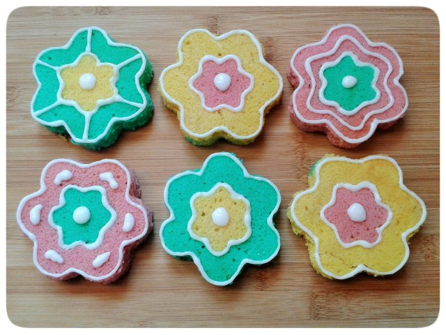 Two colour small flower cakes with icing decorations 1
