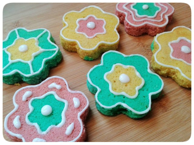Two colour small flower cakes with icing decorations 2