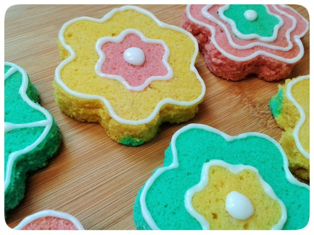 Two colour small flower cakes with icing decorations 3