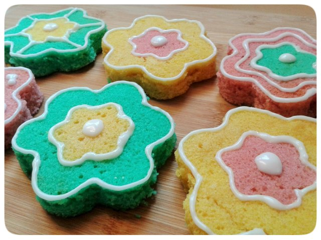 Two colour small flower cakes with icing decorations 4