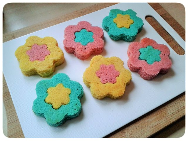 Two colour small flower cakes