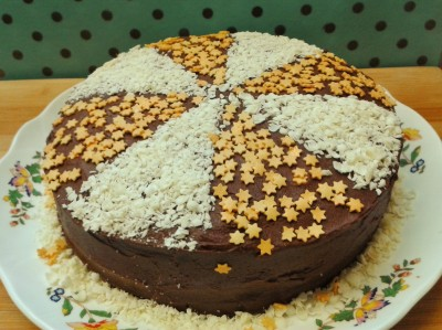 Heavenly chocolate cake with fudge frosting white chocolate shavings and gold sugar stars 2