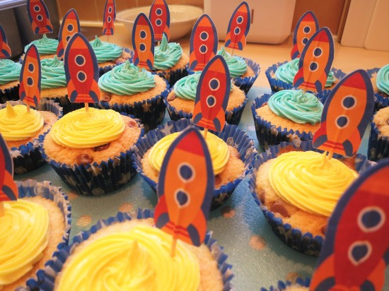 easy-to-bake-chocolate-chip-cupcakes-for-childrens-birthday-and-spaceship-rocket-cupcake-stand-uk-with-two-colour-buttercream-icing-and-rocket-cake-toppers
