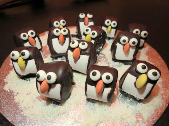 mint-chocolate-marshmallow-penguins-easy-christmas-festive-cooking-baking-decorating-idea-with-kids-3
