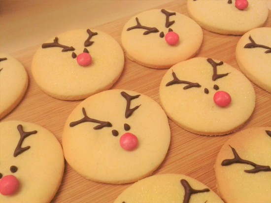 reindeer-vanilla-christmas-cookies-biscuits-uk-easy-recipe-festive-baking-red-smartie-noses