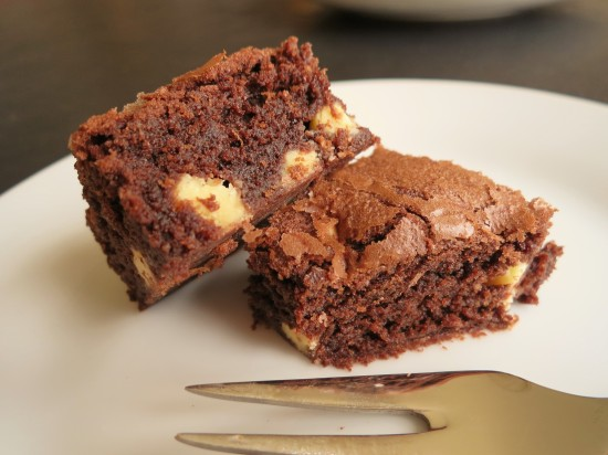 easy-recipe-for-chocolate-almond-and-white-chocolate-chunk-brownies-uk